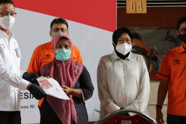 Mensos Juliari P Batu Bara , Walikota Surabaya , Dirut PT POS menyaksikan penyaluran BST tahap 7