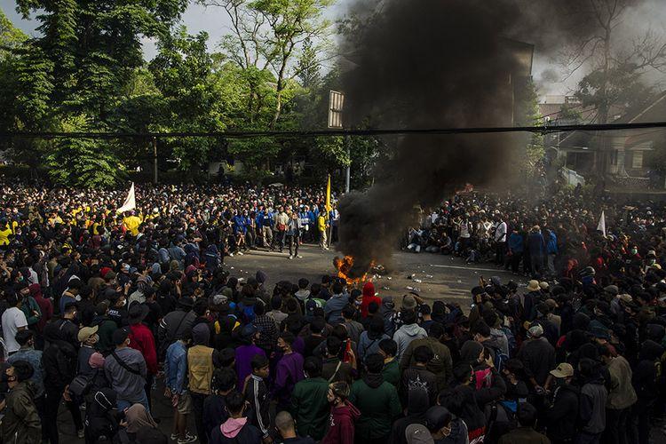 Mahasiswa melakukan aksi unjuk rasa tolak Undang-Undang Cipta Kerja di Depan Gedung DPRD Jawa Barat, Bandung, Jawa Barat, Rabu (7/10/2020). Mereka dalam aksinya menuntut DPR RI dan Pemerintah untuk membuat Perppu pengganti untuk mencabut Undang-Undang Omnibus Law Cipta Kerja.