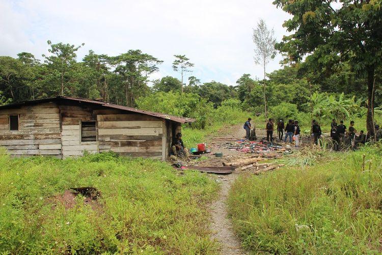 Rumah yang dijadikan tempat persembunyian KKB di Jalan Trans Nabire, Kampung Jayanti, Distrik Iwaka, Mimika, Papua, Kamis (9/4/2020).