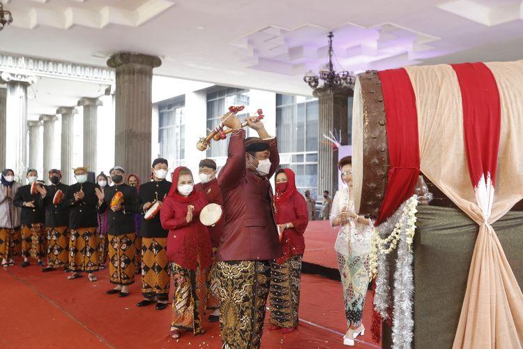 Wali Kota Semarang Hendrar Prihadi (Hendi) terlihat menabuh beduk di Masjid Agung Kauman Semarang dalam gelaran tradisi Dugderan di Kota Semarang, Minggu (11/4/2021).