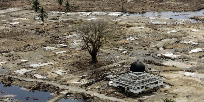 Foto masjid yang menjadi satu-satunya bangunan utuh di wilayah Meulaboh yang diambil pada 2 Januari 2005, menjadi salah satu foto yang paling diingat Eugene Hoshiko, fotografer Associated Press yang meliput tsunami Aceh. Tsunami meluluhlantakkan Aceh pada 26 Desember 2004