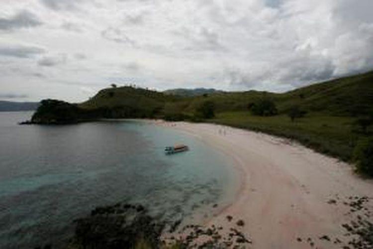 Wisatawan mengunjungi pantai merah atau populer dengan pink beach di kawasan Taman Nasional Komodo, Nusa Tenggara Timur, Kamis (2/12/2010). Pantai berpasir merah muda tersebut salah satu tujuan wisatawan terutama mancanegara untuk menyelam atau snorkling.