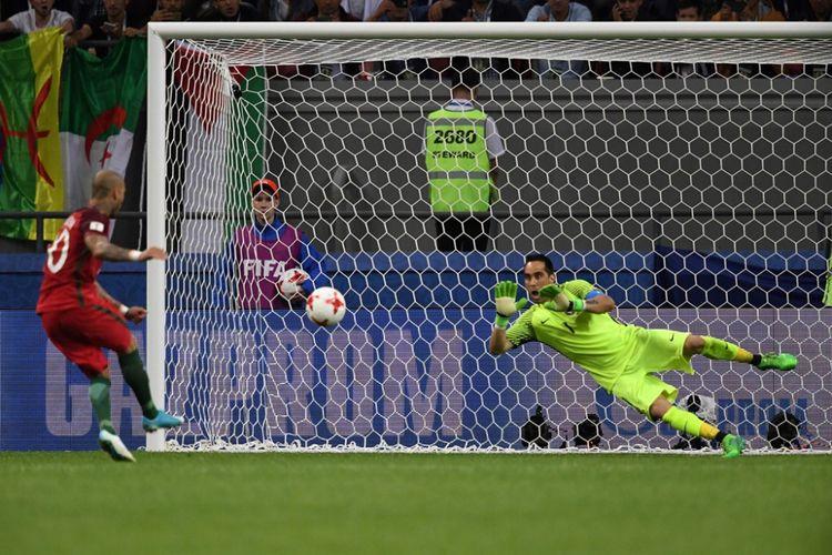 Claudio Bravo menggagalkan eksekusi penalti Ricardo Quaresma saat Cile melawan Portugal pada partai semifinal Piala Konfederasi 2017 di Kazan Arena, Rabu (28/6/2017).