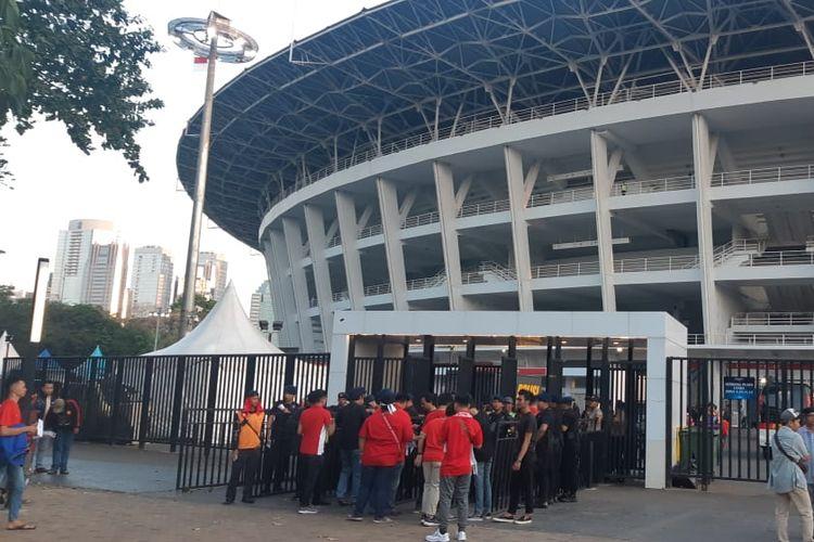 Para penonton Indonesia mulai memadati pintu Plaza Utara Stadion Utama Gelora Bung Karno, Jakarta Pusat, Selasa (10/9/2019)
