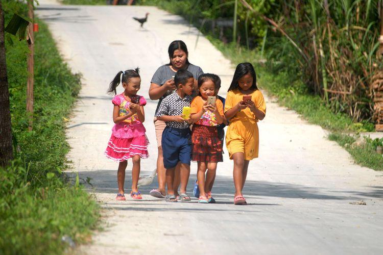 Sejumlah pelajar Sekolah Dasar (SD) ditemani salah seorang wali murid mencari sinyal internet di puncak perbukitan, di Desa Suwatu, Kecamatan Gabus, Kabupaten Grobogan, Jawa Tengah, Selasa (2/6/2020) pagi.