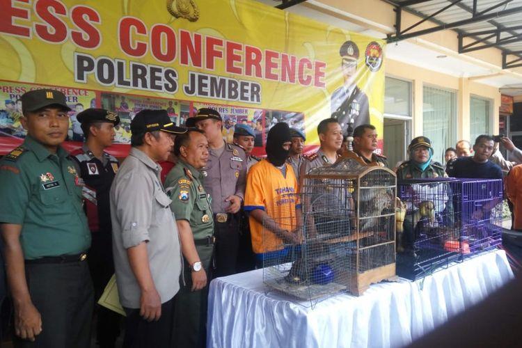 Kapolres Jember, AKBP Kusworo Wibowo, Saat Menggelar Press Release di Halaman Mapolres Setempat, Kamis (1/11/2018).