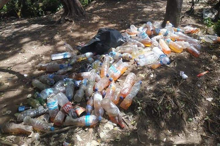 Tumpukan sampah botol urin di Gunung Cikuray via Pemancar, Garut, Jawa Barat.