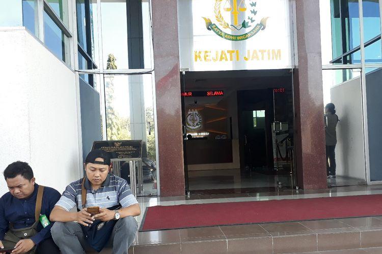 Sejumlah wartawan menunggu pemeriksaan Bambang DH di kantor Kejati Jatim di Surabaya, Selasa (25/6/2019)