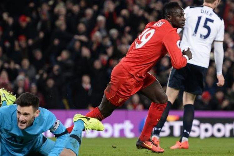 Sadio Mane (merah) mencetak gol Liverpool ke gawang Tottenham Hotspur pada partai lanjutan Premier League di Stadion Anfield, Sabtu (11/2/2017).