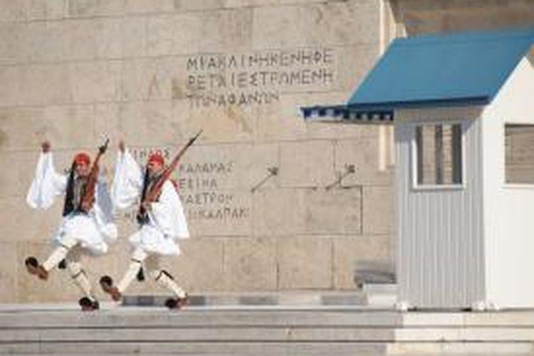 Tentara nasional atau tsoliades di Yunani mengenakan seragam yang dengan bagian bawah yang berbentuk rok.