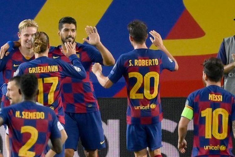 Luis Suarez berselebrasi dengan rekan-rekannya setelah mencetak gol dalam laga leg kedua babak 16 besar Liga Champions antara Barcelona dan Napoli di Stadion Camp Nou, Sabtu (8/8/2020) atau Minggu (9/8/2020) dini hari WIB.