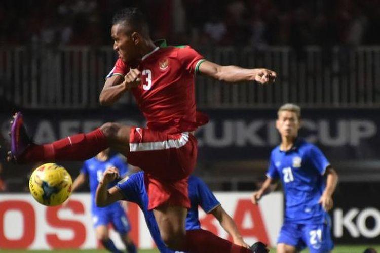 Pemain Indonesia Muhammad Abduh Lestaluhu, menendang bola saat bertanding melawan tim Thailand dalam final Piala AFF 2016 di Stadion Pakansari, Bogor, Rabu (14/12/2016). Indonesia meraih kemenangan 2-1 atas Thailand. AFP PHOTO / BAY ISMOYO