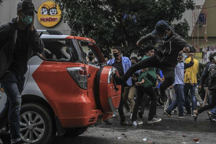 Massa aksi demo penolakan pengesahan UU Omnibus Law merusak mobil PAM Obvit Polrestabes Palembang yang teparkir di depan gedung DPRD Provinsi Sumatera Selatan, Kamis (8/10/2020).