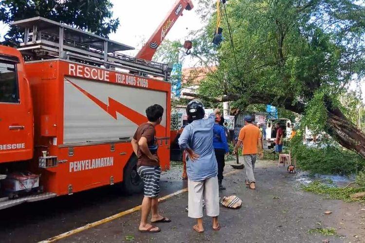 Proses evakuasi armada pemadam kebakaran Kabupaten Wajo, Sulawesi Selatan yang mengalami kecelakaan lalu lintas dan mengakibatkan seorang petugas tewas. Sabtu, (26/6/2021).