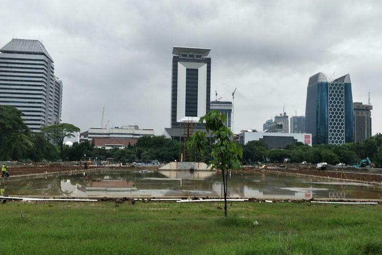 Proyek revitalisasi kawasan Monas, Jakarta Pusat, di sisi selatan area tersebut tetap berjalan, Jumat (24/1/2020), meskipun belum mengantongi izin dari Komisi Pengarah Pembangunan Kawasan Medan Merdeka.