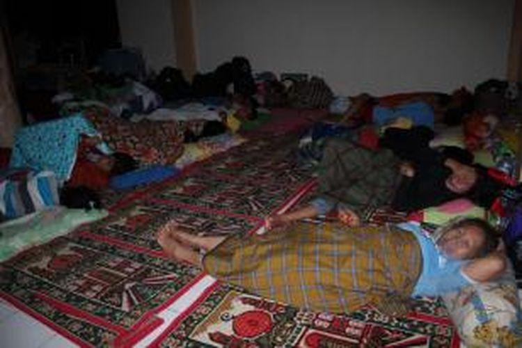Ratusan warga Kota Ambon yang mengungsi di Masjid Al Mustaqiem, Batu Merah, Rabu (31/7/2013). Mereka mengaku belum mendapat bantuan tanggap darurat. Keluhan yang sama disampaikan para pengungsi di lokasi penampungan lainnya.