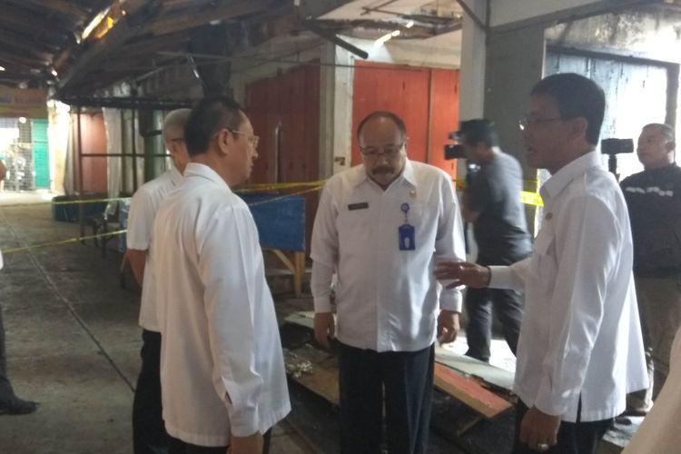 Bupati Ciamis Herdiat Sunarya (kanan) berbincang dengan sejumlah kepala dinas terkait penanganan pascakebakaran pasar di Pasar Manis Ciamis, Rabu pagi (26/6/2019).