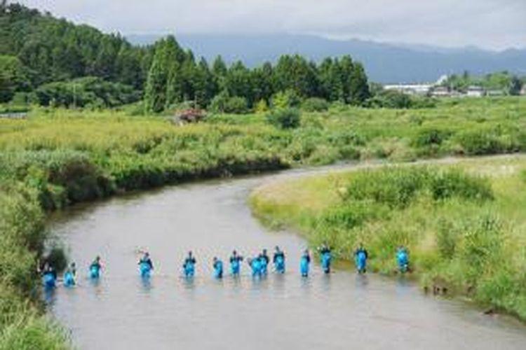 Polisi menyusuri sungai Namie, tak jauh dari PLTN Fukushima dalam upaya pencarian lebih dari 2.500 korban hilang akibat tsunami 2,5 tahun lalu. Gempa dan tsunami yang menghantam Jepang pada 2011 lalu menewaskan lebih dari 15.000 orang.