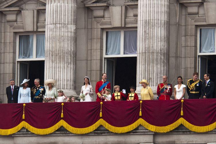 Keluarga kerajaan muncul di balkon Istana Buckingham setelah pernikahan Pangeran William dan Kate Middleton, 29 April 2011.
