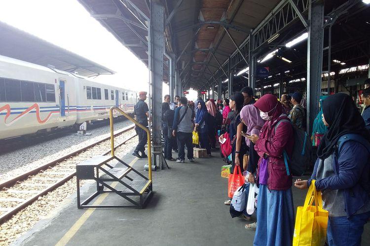 Suasana penumpang di stasiun tawang semarang.