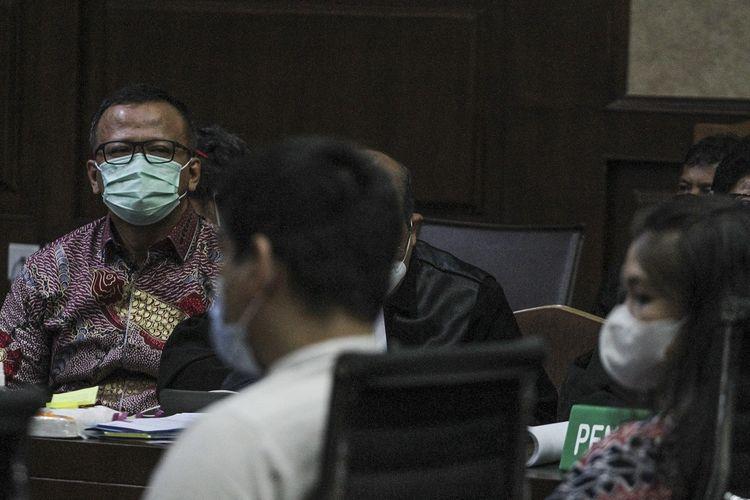 Terdakwa kasus suap izin ekspor benih lobster tahun 2020 Edhy Prabowo (kiri) menjalani sidang lanjutan di Pengadilan Tipikor, Jakarta, Selasa (8/6/2021). Agenda sidang lanjutan mantan Menteri Kelautan dan Perikanan tersebut adalah mendengarkan sejumlah keterangan saksi. ANTARA FOTO/Asprilla Dwi Adha/wsj.