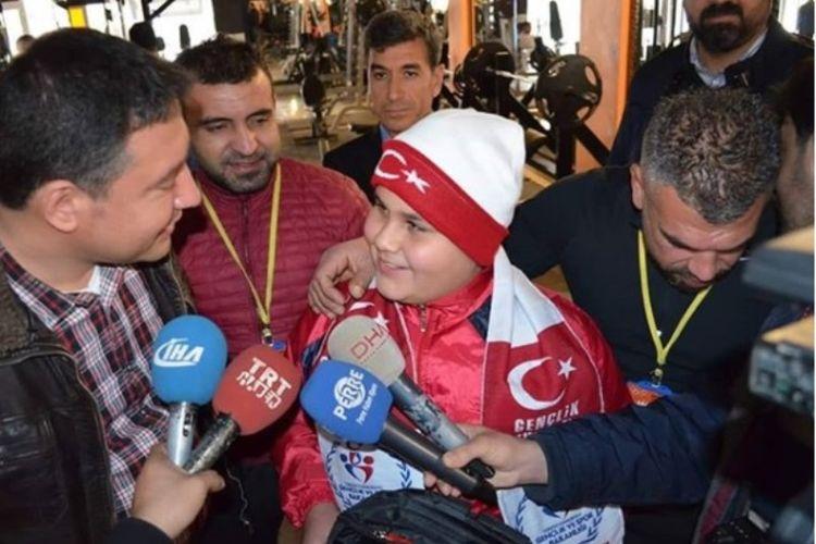 Mohammed Khaled (12) jadi topik pembicaraan setelah foto dirinya sedang berdiri di depan pusat kebugaran menjadi viral.