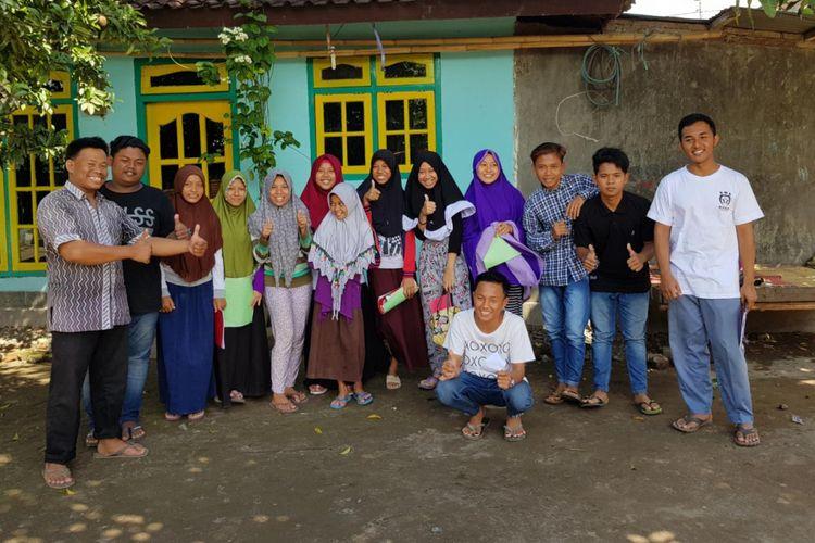Kelompok belajar bahasa Inggris di Desa Jagaraga Indah, Lombok Barat, Nusa Tenggara Barat.