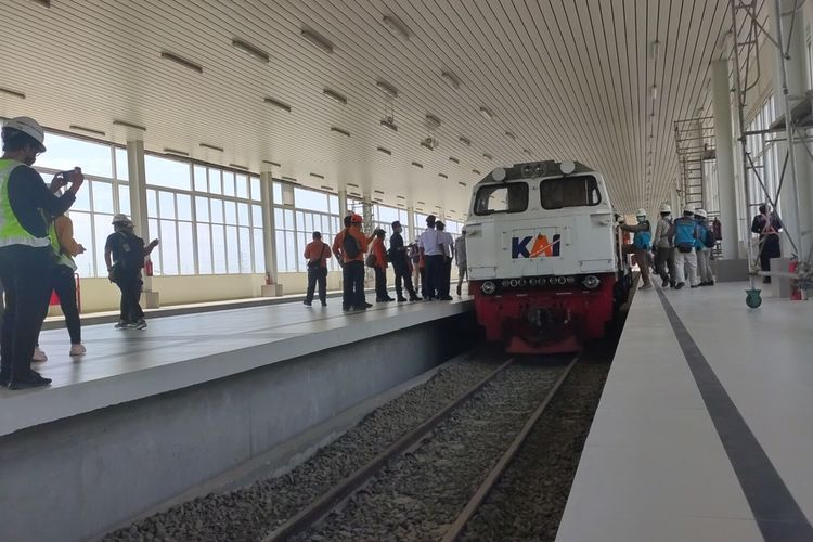 Uji coba jalur KA sisi jalur hilir dari Stasiun Kedundang ke Bandara YIA Kulon Progo, DI Yogyakarta.