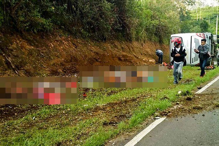 Warga melihat lokasi tabrakan di Tanjakan Emen, Kabupaten Subang, Jawa Barat, Sabtu (10/2). Sebanyak 26 orang meninggal dunia dan 17 orang luka-luka akibat kecelakaan bus pariwisata di Tanjakan Emen, Subang, Jawa Barat.