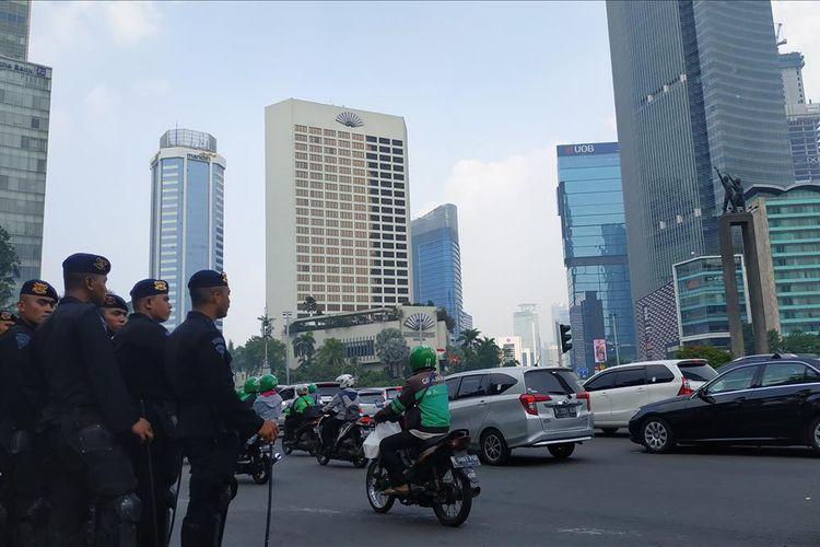 Sejumlah aparat brimob berjaga di Bundaran HI, mengantisipasi aksi unjuk rasa yang direncanakan digelar di gedung Bawaslu, Senin (21/5/2019).