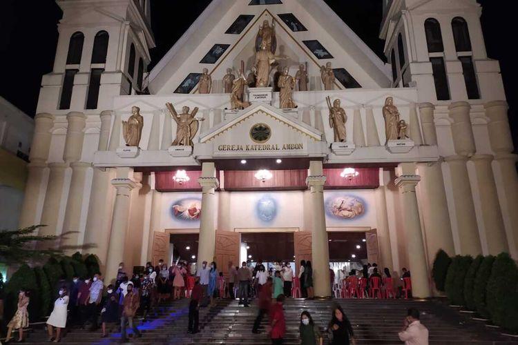 Umat Katolik di Ambon keluar dari pintu gereja Katedral Fransiskus Xaverius usai mengikuti Misa Natal, Kamis malam, (24/12/2020)