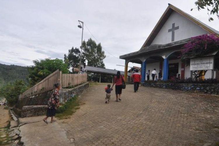 Warga Desa Lembantongoa, tetap melaksanakan ibadah Minggu di Gereja Bala Keselamatan (The Salvation Army) Lembantongoa