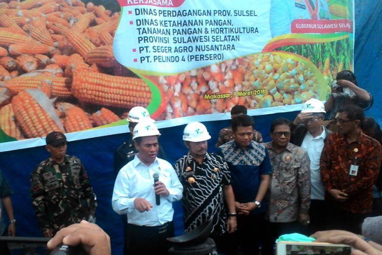 Menteri Pertanian, Amran Sulaiman saat ?Pelepasan Perdana Ekspor Langsung Komoditas Jagung ke Filipina? di Gudang 104, Pelabuhan Soekarno Hatta, Makassar, Jumat (9/3/2018).