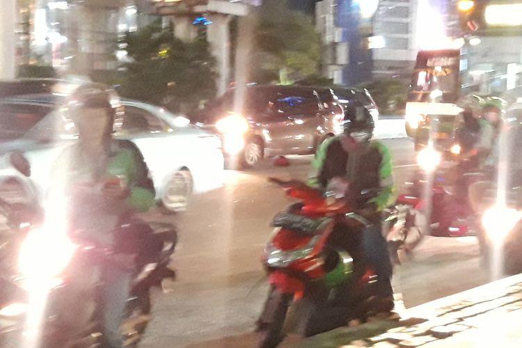 Ojek online parkir di sepanjang jalan dekat Stasiun Sudirman