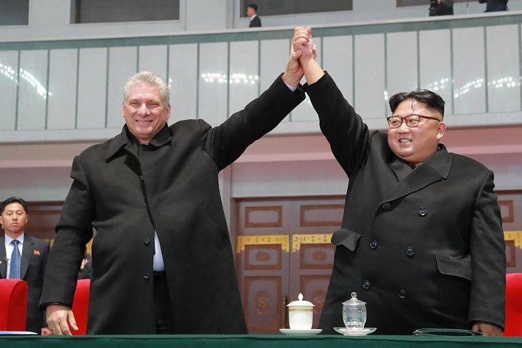 Dalam foto yang dirilis pada Senin (5/11/2018) oleh kantor berita KCNA, memperlihatkan pemimpi Korea Utara Kim Jong Un dan Presiden Kuba Miguel Diaz-Canel saat menghadiri pertunjukan artistik The Glorious Country di Stasion May Day, Pyongyang.