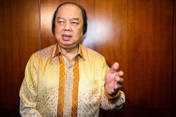 CEO Mayapada Group, Dato Sri Tahir memberikan keterangan pers di kawasan Bank Indonesia, Jakarta Pusat, Senin (15/10/2018). Dato Sri Tahir baru saja menukarkan uang dollarnya menjadi rupiah dengan nilai lebih dari Rp 2 triliun.