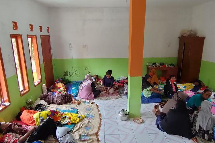 Sebanyak 30 korban dari total 46 korban warga sekampung yang keracunan hidangan pesta ulang tahun masih dirawat di ruang darurat sebuah madrasah Kampung Cilimus, Desa Sukasenang, Kecamatan Tanjungjaya, Kabupaten Tasikmalaya, Selasa (17/11/2020).