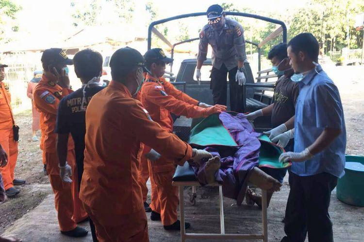 Jenazah korban dievakuasi oleh tim gabungan Basarnas, Koramil dan Polsek Cikelet, Balawista dan masyarakat sekitar