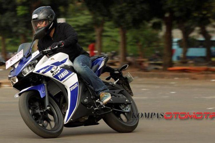 Yamaha R25 digeber dalam penggunaan sehari-hari, dan sesekali dipaksa berakselerasi kencang.