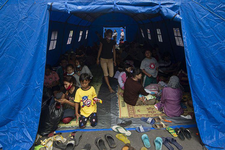 Sejumlah warga mengungsi akibat kebakaran melanda perkampungan padat penduduk di Duri Selatan, Tambora, Jakarta Barat, Jakarta, Rabu (12/8/2020). Kebakaran tersebut mengakibatkan sebanyak 974 warga di empat rukun tetangga (RT) kehilangan tempat tinggal dan satu pasar tradisional terbakar.