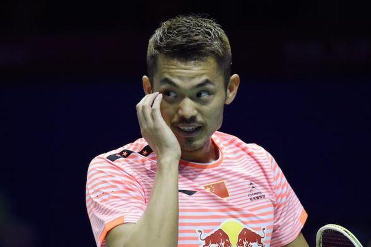 Pebulu tangkis Tiongkok, Lin Dan, bereaksi saat bertemu pemain Jerman, Marc Zwiebler, pada perempat final Piala Sudirman di Dongguan, Kamis (14/5/2015).
