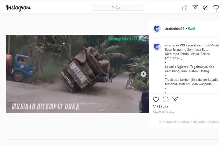 Tangkapan layar detik-detik sebuah truk terguling di daerah Klaten, Jawa Tengah.