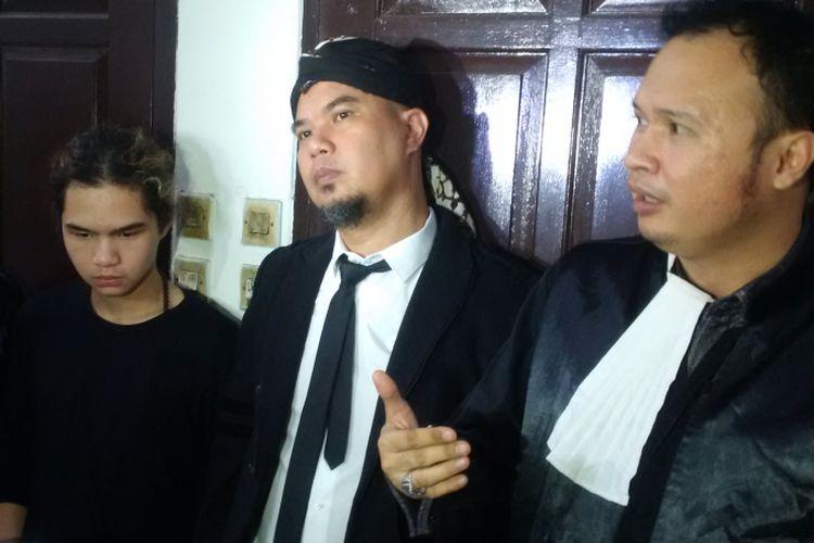 Ahmad Dhani dalam wawancara setelah menjalani sidang kasus ujaran kebencian yang beragendakan pemeriksaan terdakwa di Pengadilan Negeri Jakarta Selatan, Senin (5/11//2018).