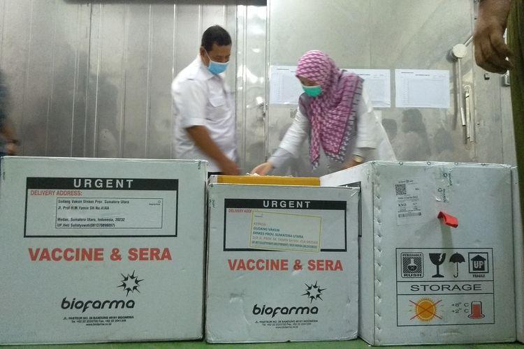 Proses pemberkasan penyerahan 20.000 vial vaksin Covid-19 kepada perwakilan Dinas Kesehatan Kota Medan. Total yang didistribusikan hari ini sebanyak 34.060 vial