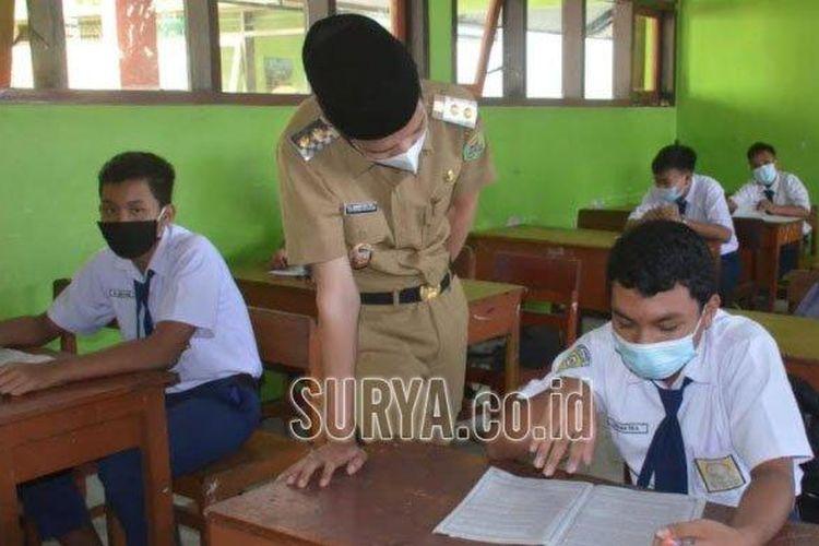 Wabup Trenggalek Syah M Natanegara bersama siswa SMPN 1 Watulimo saat menilik pembelajaran tatap muka, Selasa (6/4/2021).