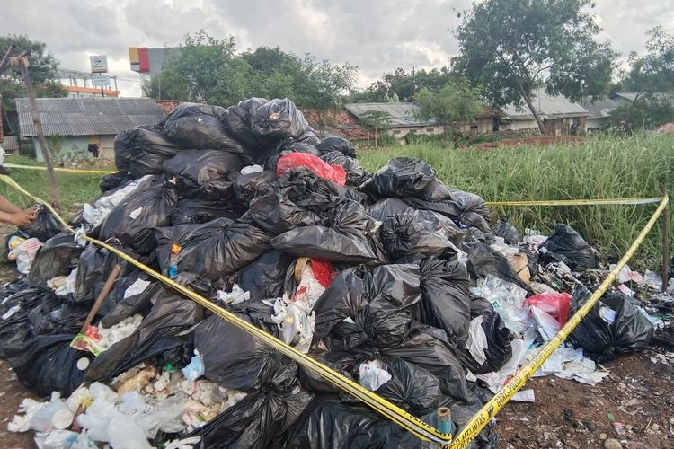 Tumpukan sampah diduga limbah medis di pinggir persawahan di Kelurahan Palumbonsari, Kecamatan Karawang Barat, Kabupaten Karawang, Kamis (3/2/2020).