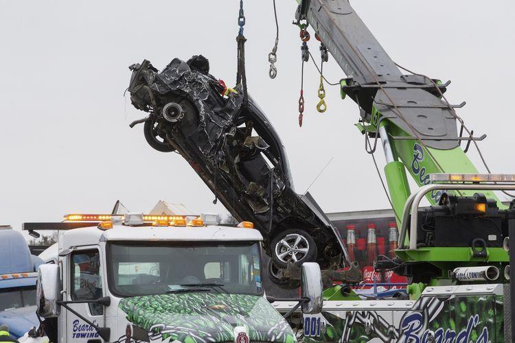 Proses evakuasi mobil yang terlibat kecelakaan beruntun di jalan tol Interstate 35, Fort Worth, Texas, Amerika Serikat, pada Kamis (11/2/2021). Insiden ini melibatkan lebih dari 130 kendaraan dan sedikitnya menewaskan 6 orang, sementara puluhan lainnya luka-luka. Aspal jalan tol berselimut es karena musim dingin.