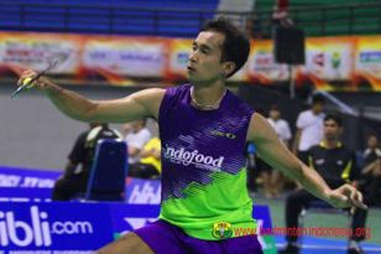 Tunggal putra Indonesia, Dionysius Hayom Rumbaka melakukan pukulan net pada Lopez Andres dari Meksiko saat bertanding pada babak pertama Yonex-Sunrise Indonesia Open Grand Prix Gold 2013, di GOR Amongraga, Yogyakarta, Rabu (25/9/2013).