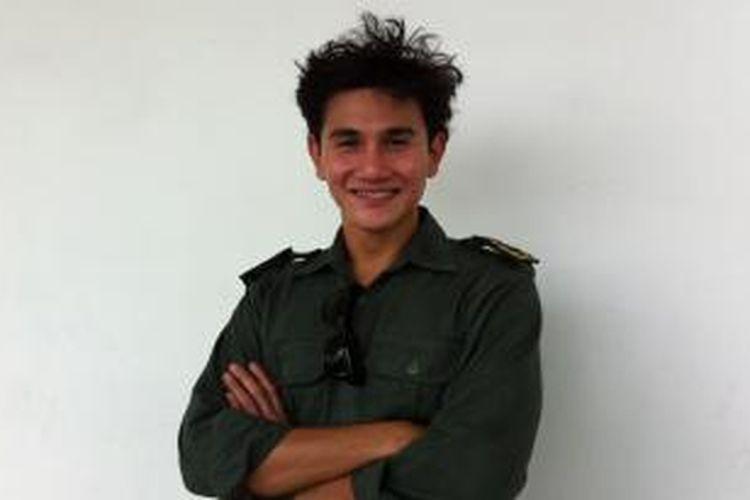Vino G Bastian berpose di sela shooting film 3 Nafas Likas, di Lanud Polonia, Medan, Sumatera Utara, Sabtu (31/5/2014).