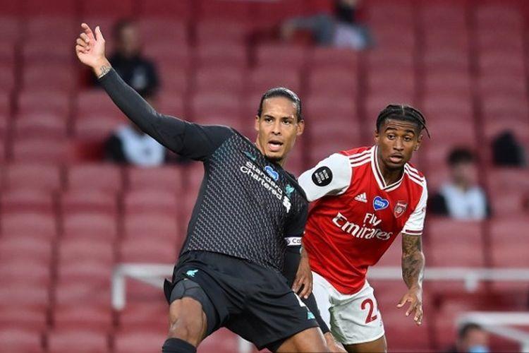 Bek Liverpool, Virgil van Dijk, melakukan kesalahan dalam laga Arsenal vs Liverpool di Emirates Stadium, Kamis (16/7/2020) dini hari WIB.